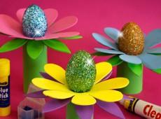 Великденски яйца върху цветя